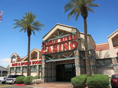 maquinas tragamonedas: Mesquite, Nevada-30 de junio: Virgin River Hotel entrada principal el 30 de junio, 2015, en Mesquite, NV. Casino de la Virgen del R�o es de 40.000 pies cuadrados, que ofrece 822 m�quinas tragamonedas y 22 mesas de juego. Editorial