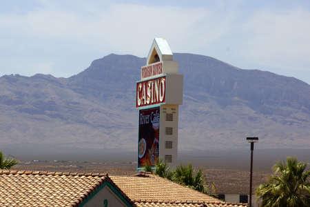 tragamonedas: Mesquite, Nevada-30 DE JUNIO: Virgin River Hotel firmar con la monta�a en los fondos el 30 de junio de 2015, de Mesquite, NV. Casino del R�o de la Virgen es de 40,000 pies cuadrados, que ofrece 822 m�quinas tragamonedas y 22 mesas de juego.