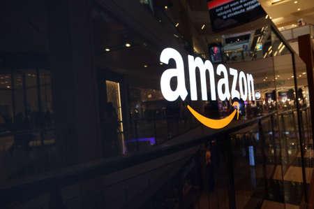 SAN FRANCISCO - 11 października: Amazon logo na czarnym błyszczące ściany w centrum San Francisco w Kalifornii w dniu 11 października 2015 r Amazon amerykańska międzynarodowa firma handel elektroniczny. Jest to największy na świecie sklep internetowy.