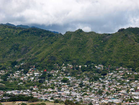 Manoa Valley on the Island of Oahu.  Featuring Mountains, houses, school and graveyard. Imagens - 58194270