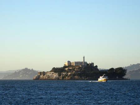 灯台と天気の良い日のビューでのサンフランシスコ湾手前、2015 年 10 月にボートが刑務所アルカトラズ島。 写真素材 - 61096675