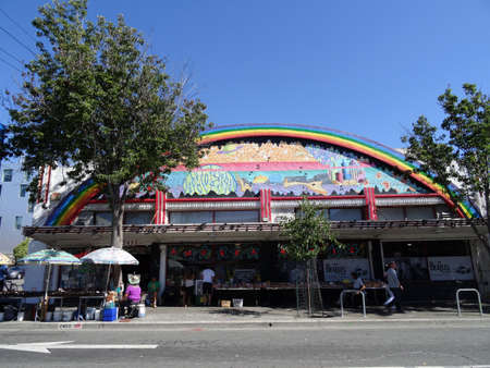 ameba: DE OCTUBRE DE el año 2015 - Berkeley: Personas explorar bastidores de la calle en la tienda Amoeba Music Berkeley, California. Amoeba Music es una cadena de música independiente con tiendas en Berkeley, San Francisco, y Hollywood, Los Ángeles, California. Editorial