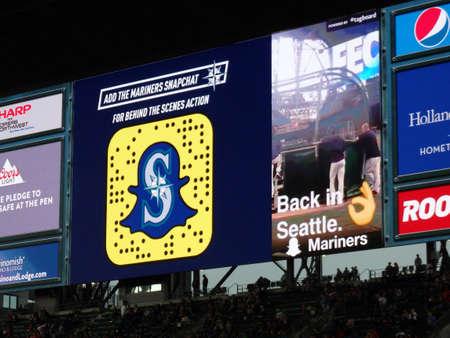 seahawks: SEATTLE - 24 de junio: Snapchat publicidad en la pantalla en gradas en el Safeco Field durante juego de béisbol, Seattle, en 24 de junio de 2016. Inicio de los Marineros de Seattle (MLB). Editorial