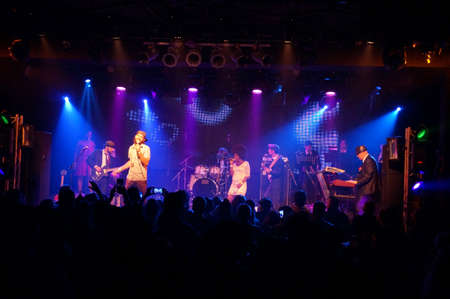 HONOLULU - FEBRUARY 14: Jookbox City's Kahnma K and Rawnie Paton sing as band plays on stage at MOTOWN VALENTINES 5 - A Live Tribute to Motown at The Republik in Honolulu, Hawaii on February 14, 2016. Redakční