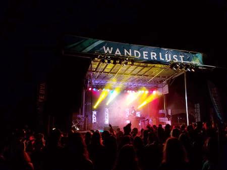 ノース ・ ショア、ハワイ - 2 月 25 日: Griz ワンダー ラスト ヨガ祭りで夜コンサート中にステージで実行する群衆の中の時計は、ハワイのノースショ 報道画像