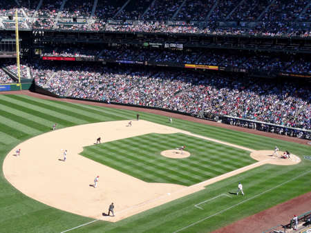 SEATTLE - JUNE 26: Cardinals Pitcher steps forward to throw pitch to Mariners batter with runner taking lead from 2nd base during baseball game at Safeco Field, Seattle in June 26, 2016. 新聞圖片