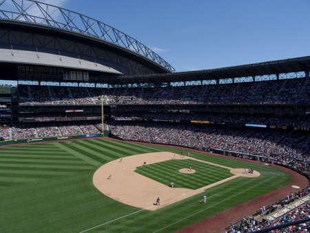 SEATTLE - 26 juni: Cardinals Pitcher stapt naar voren om pitch naar Mariners te gooien beslag Ketel Marte met runner neemt voorsprong vanaf het 1e honk tijdens honkbalspel op Safeco Field, Seattle in 26 juni 2016. Stockfoto - 90983303