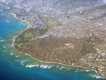 オアフ島、ハワイのダイアモンドヘッド、カパルフ、カハラ、太平洋の航空写真。