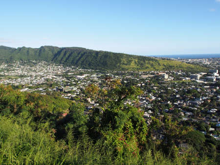Manoa Valley on the Island of Oahu.  Featuring Mountains, High School, College campus, houses, school and graveyard. Imagens