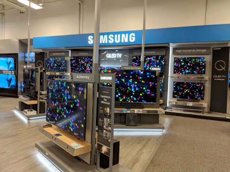 Honolulu - May 3, 2018: Samsung Logo and TV Display inside Best Buy Store.  Samsung is a South Korean multinational conglomerate headquartered in Samsung Town, Seoul. It comprises numerous affiliated businesses, most of them united under the Samsung brand 新聞圖片