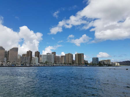 Skyline of Waikiki and Diamond Head during day with yachts and boats in Ala Moana harbor, Hotels, Crane, and Hilton Hawaiian Village framing Diamond Head in Waikiki, Oahu, Hawaii.  2017 版權商用圖片