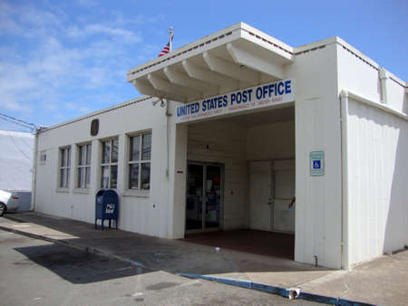 Waimanalo - April 30, 2010: United States Post Office, Waimanalo Station, Honolulu, 96795-9998 entrance. 版權商用圖片 - 124496772