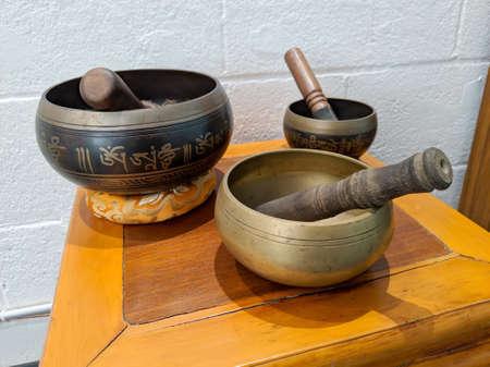 Honolulu - March 19, 2019:  Sound bowls on display inside Hikina Yoga Studio in Honolulu, Hawaii. 新聞圖片