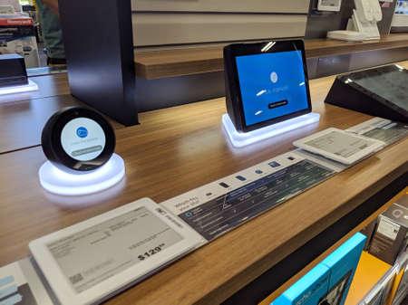 Honolulu - 16 mars 2019 : Echo Spot et Echo Show - Haut-parleur intelligent avec Alexa - Noir à l'écran. À l'instar des autres appareils de la famille, il est conçu autour de l'assistant virtuel d'Amazon Alexa. Éditoriale
