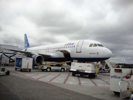Long Beach, CA - May 18, 2010: JetBlue Plane parked at Long Beach Airport in California. 版權商用圖片 - 133369581