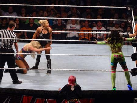 Honolulu - 13. September 2017: WWE-Wrestlerin Lana packt Charlotte Flair im Ring beim WWE-Event im Neal S. Blaisdell Center, Honolulu, an den Haaren.