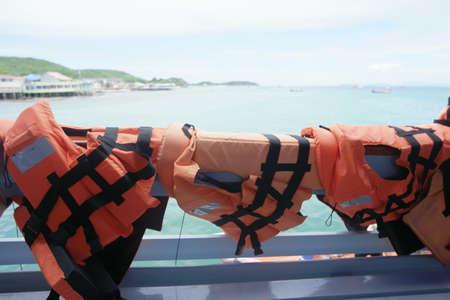 encendedores: Los chalecos salvavidas se ponen en un barco para un viaje en barco a la isla.
