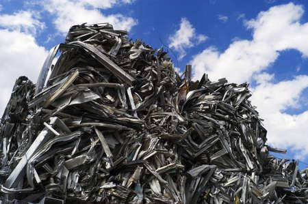 metallschrott: Recyceltem Aluminium-Cubes gestapelt Himmel  Lizenzfreie Bilder