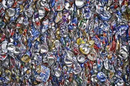 �garbage: Aluminio comprimidos latas preparado para reciclaje Foto de archivo