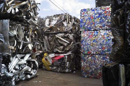 reduce reutiliza recicla: Desechos de metal embalado y preparada para el reciclaje  Foto de archivo