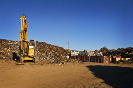 Gelbe Crane und Giant Pile of Scrap Metal Standard-Bild - 8396739