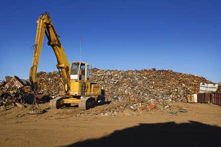 metallschrott: Gelbe Crane und Giant Pile of Scrap Metal Lizenzfreie Bilder