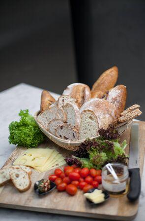 canasta de pan: La cesta de pan, tomate y queso