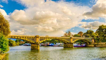 テムズ川に架かるトゥイッケナム・ブリッジに停泊するボート、ロンドン・ K
