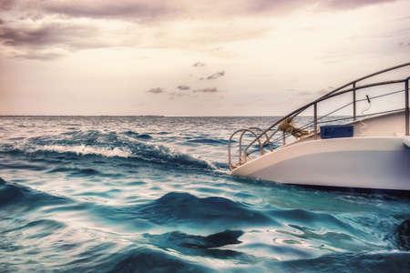 Gros plan d'une partie d'un catamaran naviguant sur la mer des Caraïbes par Grand Cayman au coucher du soleil, îles Caïmans
