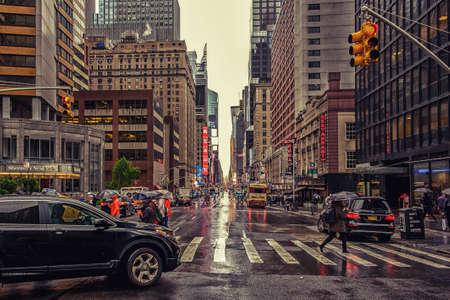 La Ciudad de Nueva York, Estados Unidos, marzo de 2019, escena urbana en la 7th Avenue en un día lluvioso en Manhattan