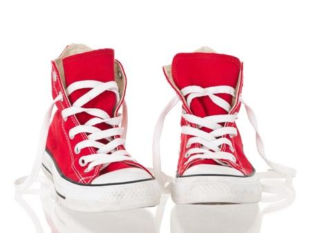 untied: Cosecha roja lienzo zapatillas desataron sobre fondo blanco