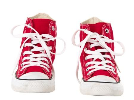 untied: Cosecha roja zapatos vista frontal sobre fondo blanco puro