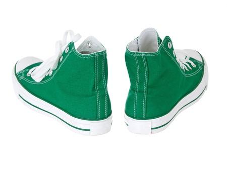 untied: Cosecha colgando zapatos verdes sobre fondo blanco puro Foto de archivo