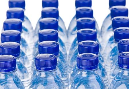 agua purificada: Filas de botellas de agua aislados sobre fondo blanco