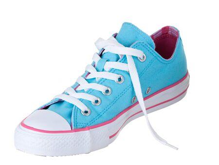 untied: Cosecha colgando zapatos azules sobre fondo blanco puro