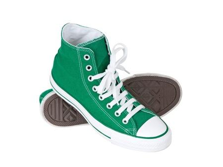 untied: Vintage colgar los zapatos verdes sobre fondo blanco puro
