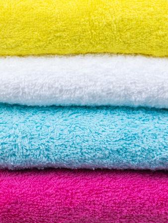 toallas: Toallas de pila fresca de cerca vista frontal sobre fondo blanco