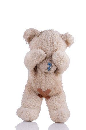 abuso sexual: oso de juguete con vendas adhesivas en sus partes íntimas