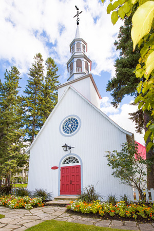 Mont-Tremblant village church perspective view in fall 版權商用圖片