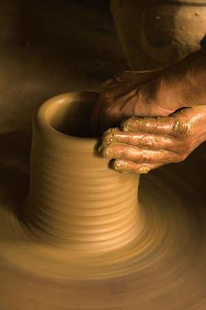 alfarero: Manos de un fabricante de cerámica Foto de archivo