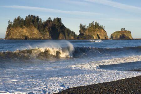 最初のビーチ、LaPush、ワシントン州、バック グラウンドでジェームズ島の砕波