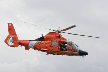 구조 대원과 미국 해안 경비대 헬리콥터, 포트 앤젤레스, 워싱턴 에디토리얼