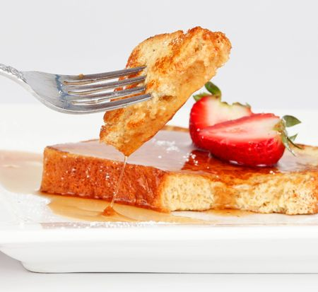french pastry: Torrija con goteo de jarabe y fresas aislados sobre fondo blanco  Foto de archivo