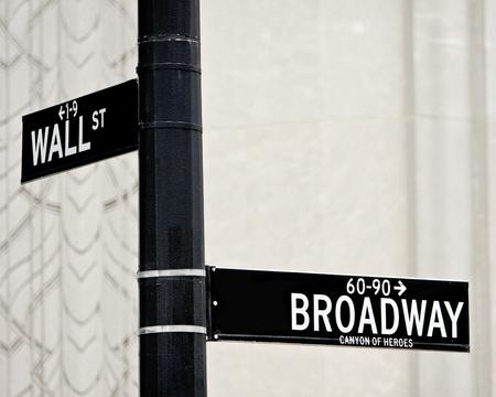 ウォール街とブロードウェイ ・ ストリートに NYC で署名します。 写真素材