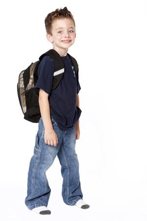 niño con mochila: Joven con mochila aislada sobre fondo blanco