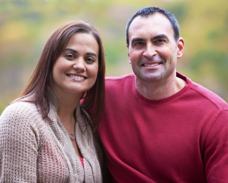 edad media: Retrato de pareja hispana al aire libre en el oto�o