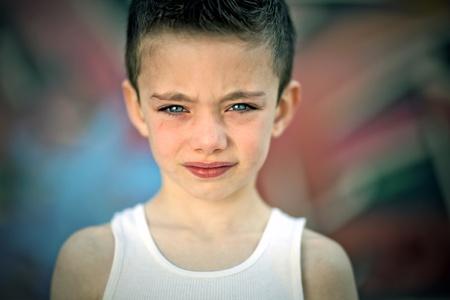 bambini pensierosi: Ragazzo Edgy contro muro di graffiti