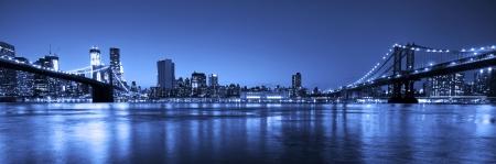 Uitzicht op Manhattan en Brooklyn bruggen en skyline 's nachts