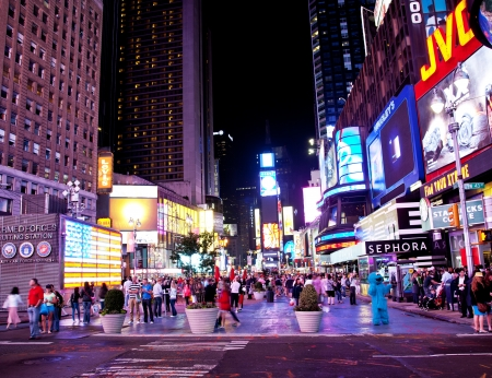 NEW YORK - 3 JUIN: Times Square, c�l�bre attraction touristique vedette avec les th��tres de Broadway et des lieux c�l�bres restaurants et magasins � New York, Juin 3 2012, � Manhattan, New York City.