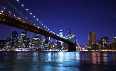 manhattan bridge: Brooklyn bridge and skyline at night